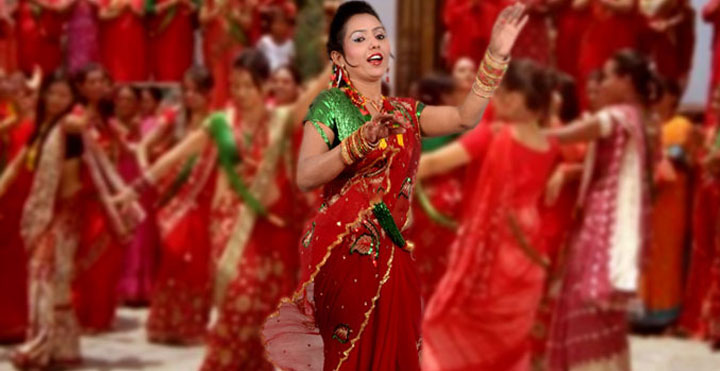 girls dancing at teej, girls singing at teej, shila karki, susma karki, sushma karki, parbati rai dance at teej, girls in sari, green blouse red saree, anju pant teej song, priyanka karki